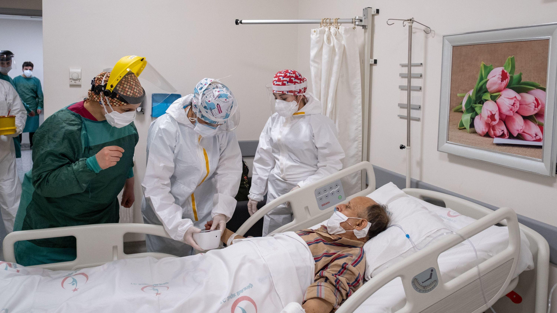 Medizinisches Personal ist mit der Erstversorgung eines Patienten beschäftigt.