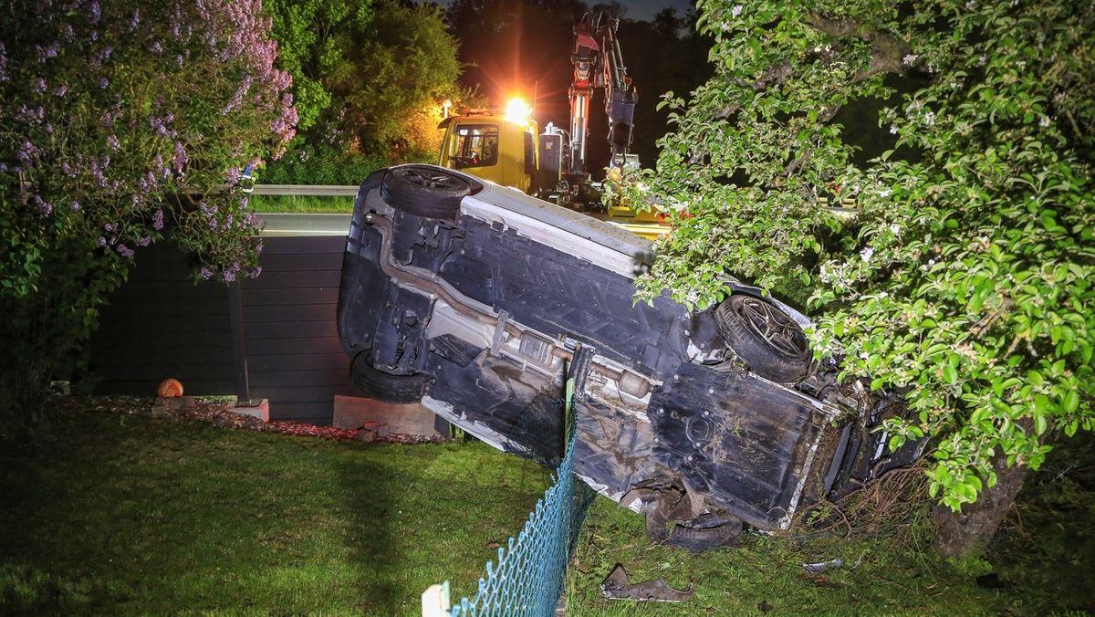 Das Auto eines 23-Jährigen landete nach einem Überschlag in einem Garten.