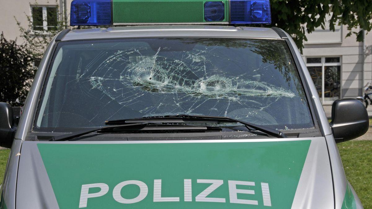 Eingeschlagene Frontscheibe eines Polizei-Autos.