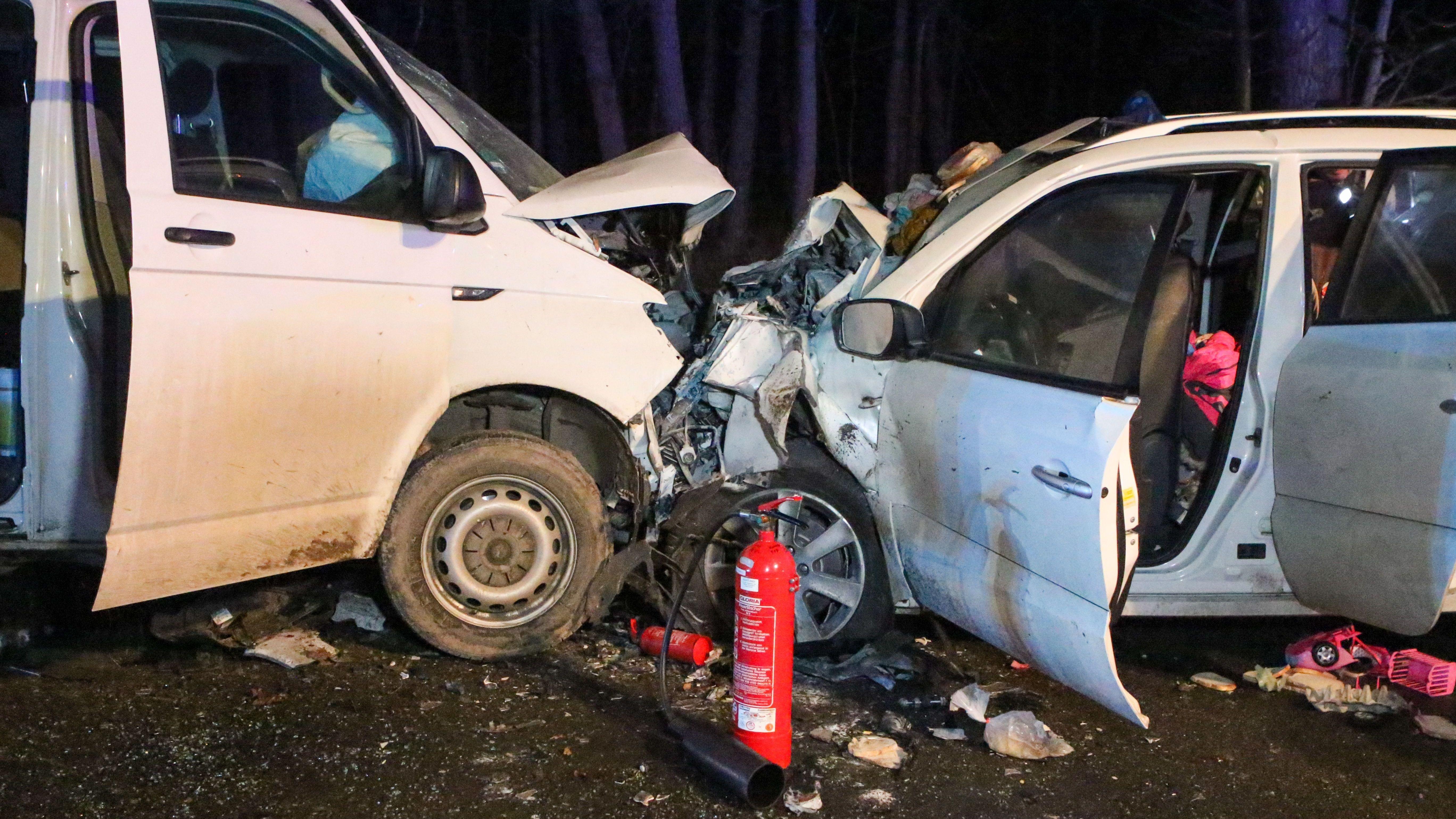Zwei nach dem einem Aufprall zerstörte Fahrzeuge auf der B2 bei Wernsbach.