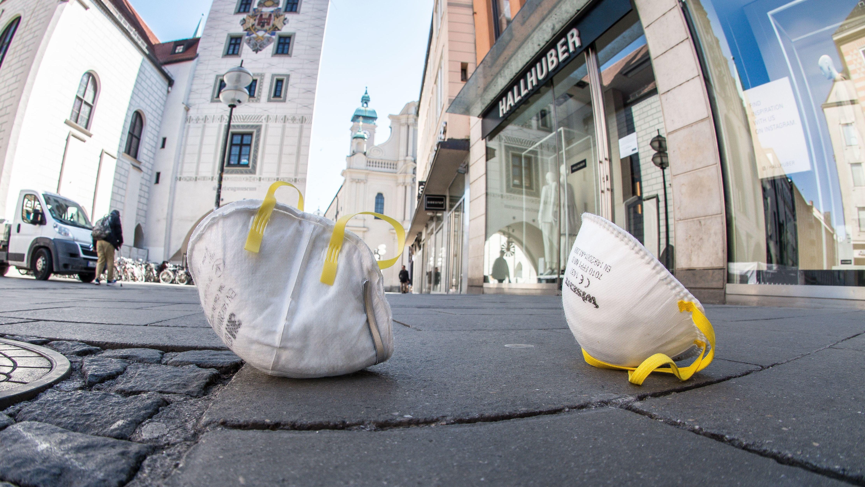 Weggeworfene Schutzmasken am Marienplatz in München