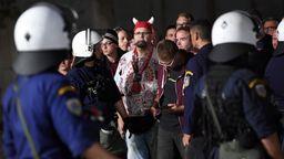 Fans und Polizisten beim Spiel des Nachwuchsteams des FC Bayern bei Olympiakos Piräus | Bild:dpa-Bildfunk
