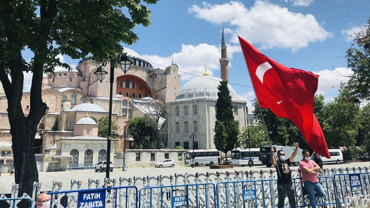Zwei türkische Nationalisten mit Fahne und Mundschutz jubeln in Istanbul vor der Hagia Sophia