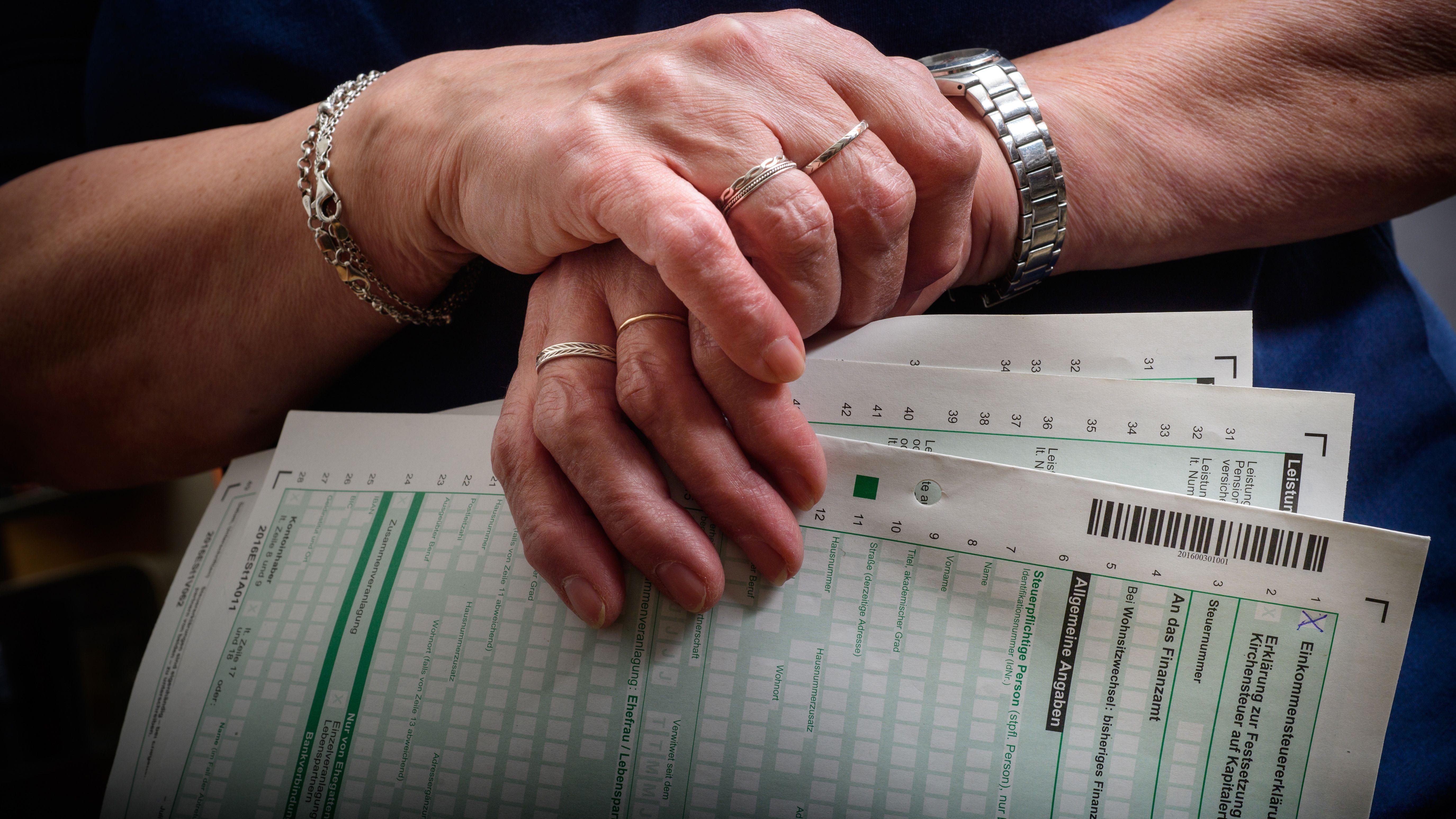 Rentnerin hält Steuerunterlagen