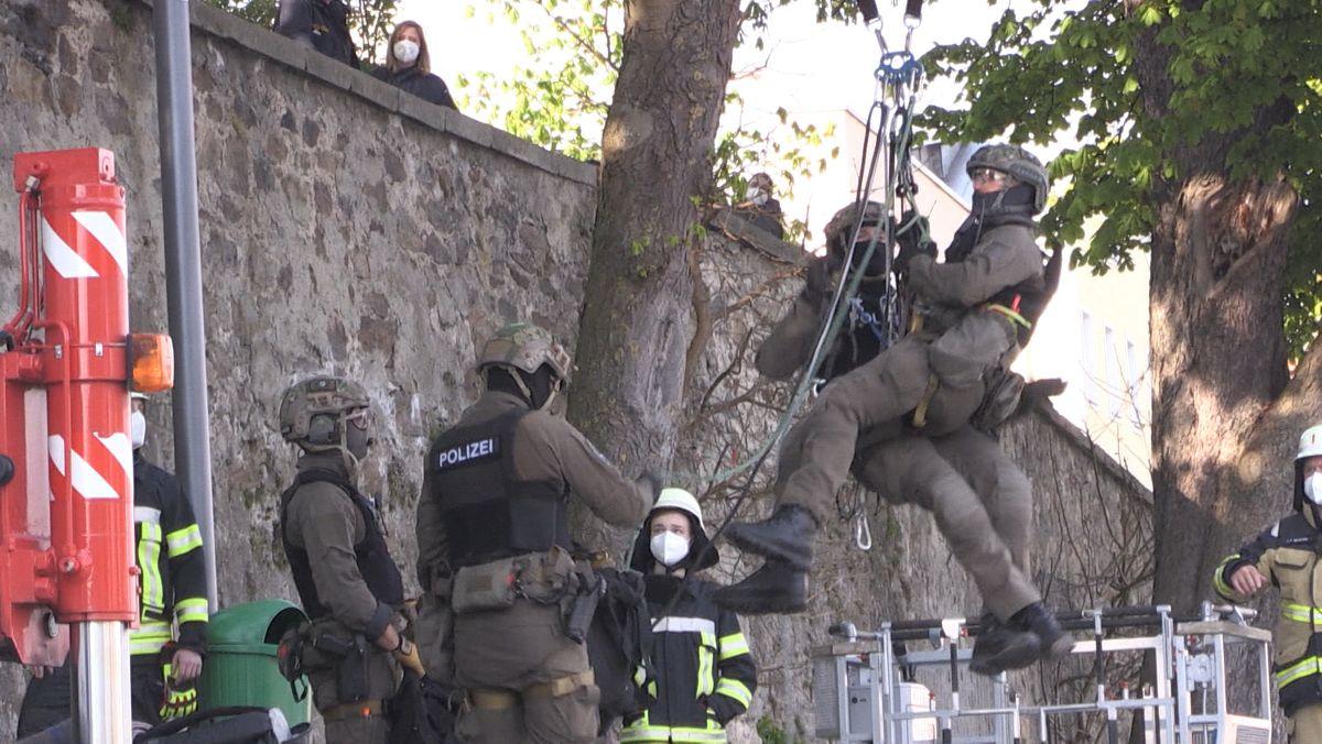 Passau: SEK holt Klimaaktivisten unter Buh-Rufen vom Baum