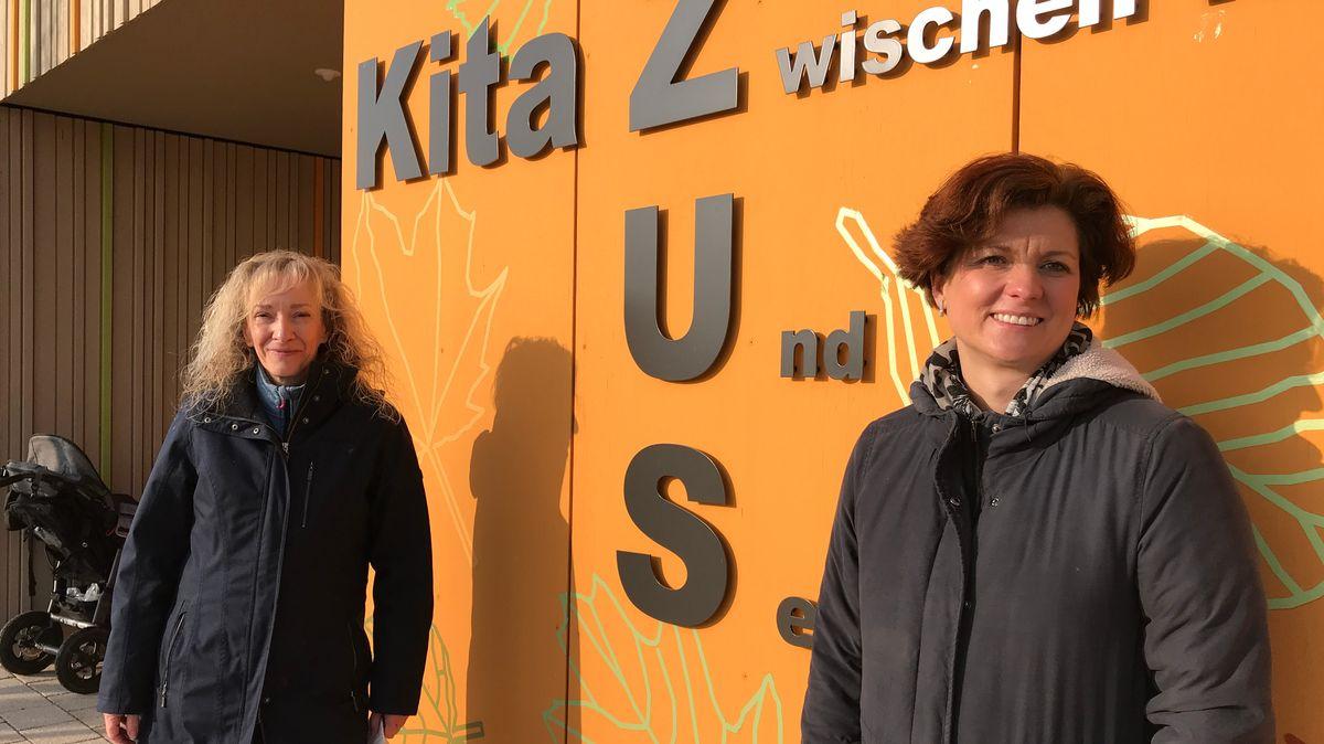 Stefanie Schatzinger und Denise Rath stehen vor der Kita in Zusmarshausen