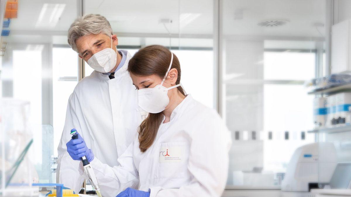 Prof. Dr. Philipp Beckhove und die RCI-Wissenschaftlerin Dragana Slavkovic Lukic im Labor
