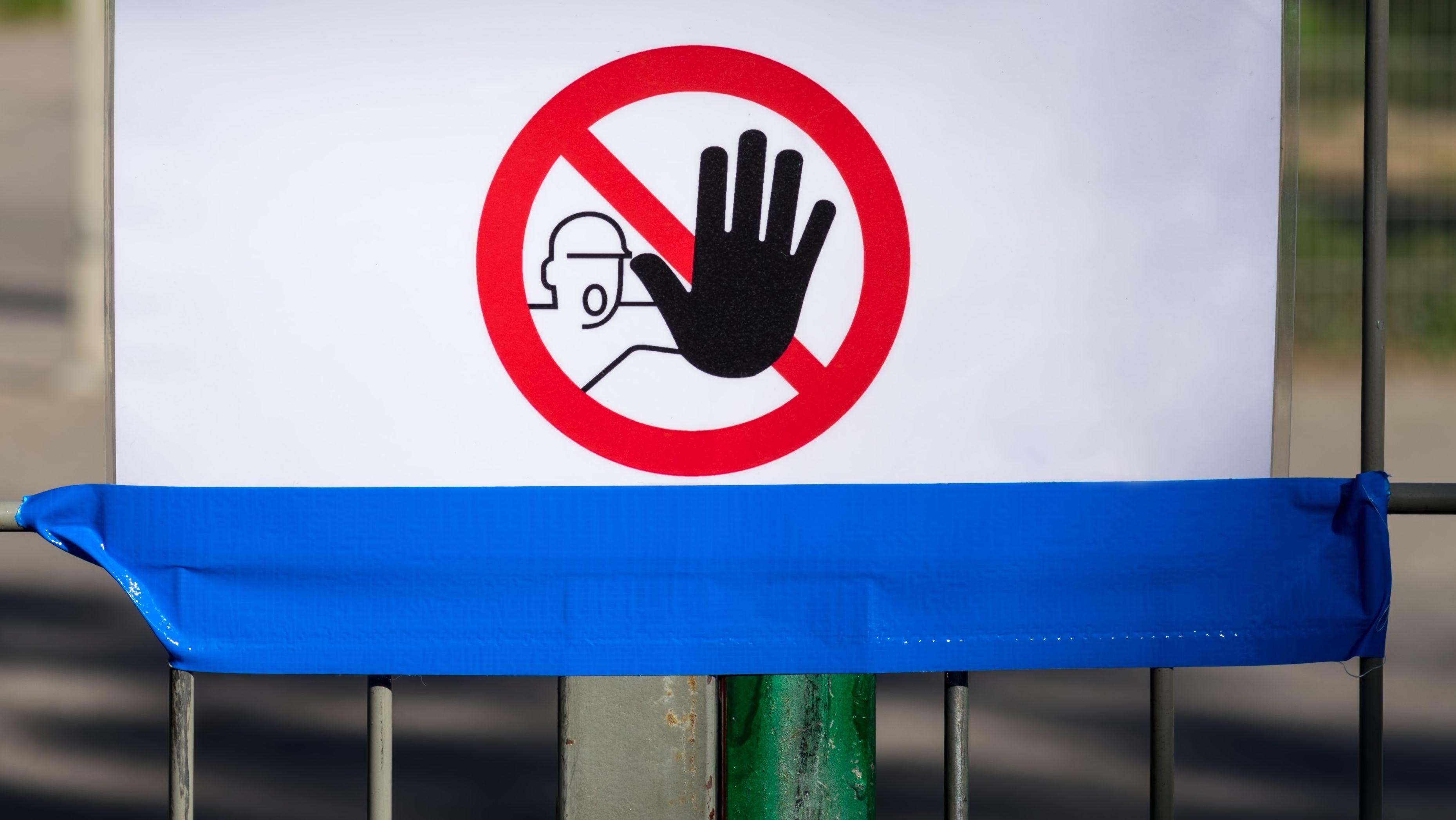 Warnschild an Zaun (Symbolbild)