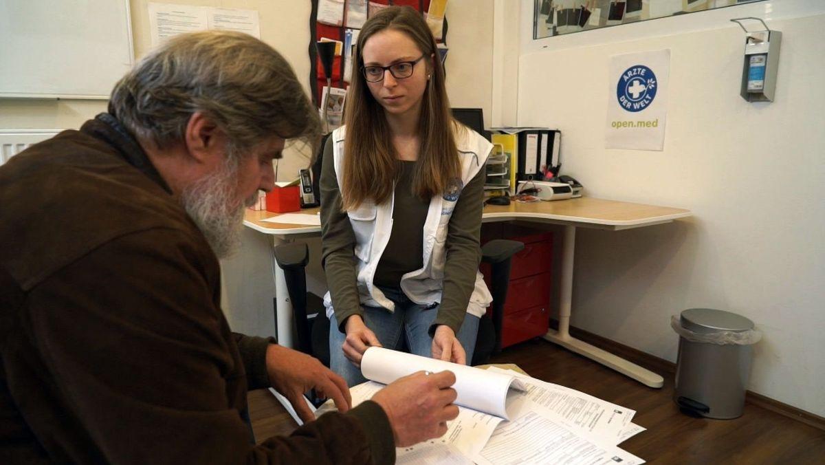 """Reinhard Schmidt und Annemarie Weber in der Anlaufstelle """"open.med"""" des Vereins """"Ärzte der Welt e.V."""""""