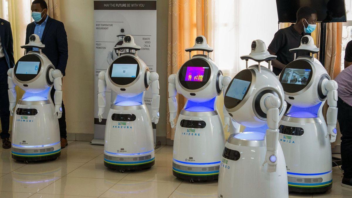 Gäste hören einem Vortragenden bei der Vorstellung von Robotern in Kigali, der ruandischen Hauptstadt zu.