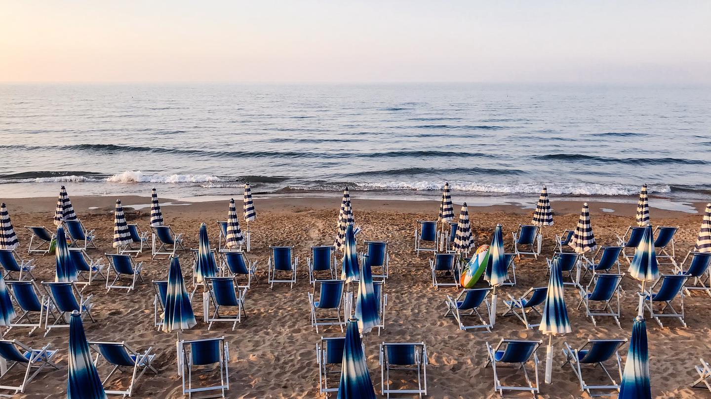 Sonnenschirme und Liegen am Strand