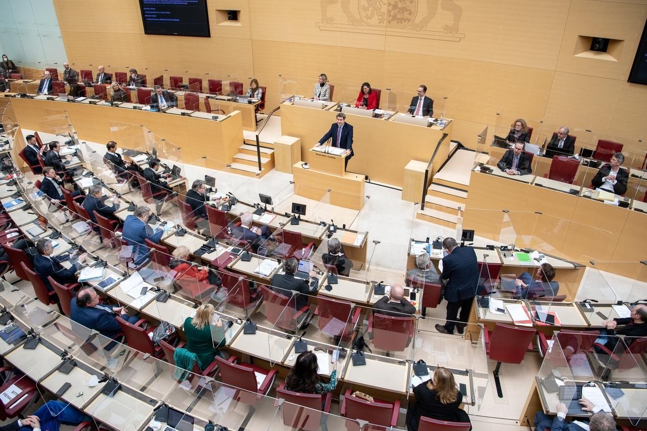 12.02.2021, Bayern, München: Markus Söder (CSU), Parteivorsitzender und Ministerpräsident von Bayern, gibt während einer Sitzung des bayerischen Landtags seine Regierungserklärung ab. In der Sondersitzung des Landtags wird unter anderem über den verlängerten Corona-Lockdown sowie über die geplanten Schulöffnungen beraten. Foto: Matthias Balk/dpa +++ dpa-Bildfunk +++