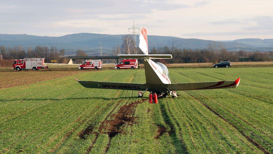 Flugzeug an einem Flugplatz in Großostheim im Landkreis Aschaffenburg notgelandet.
