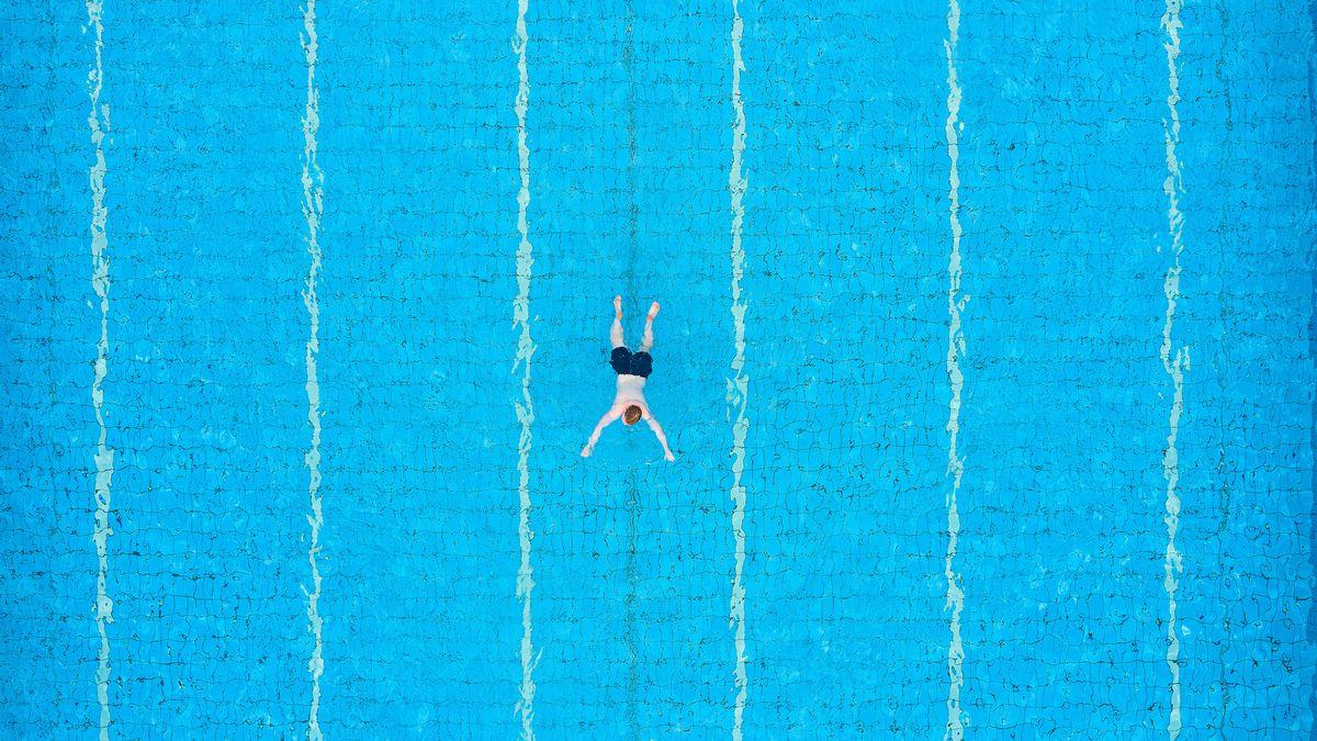 Bild von Freibad mit Schwimmer in der Mitte