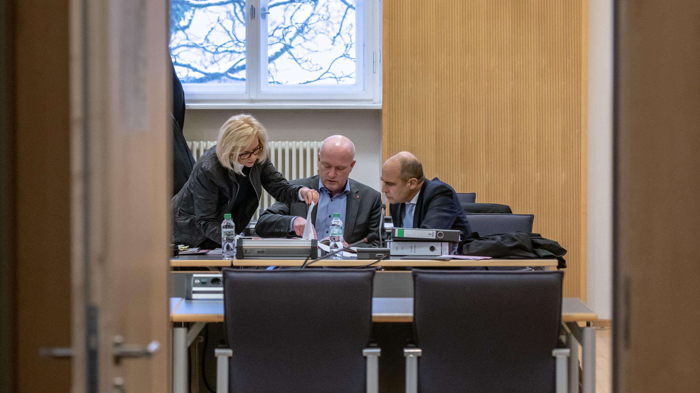 Wolbergs mit seinen Verteidigern im Gerichtssaal