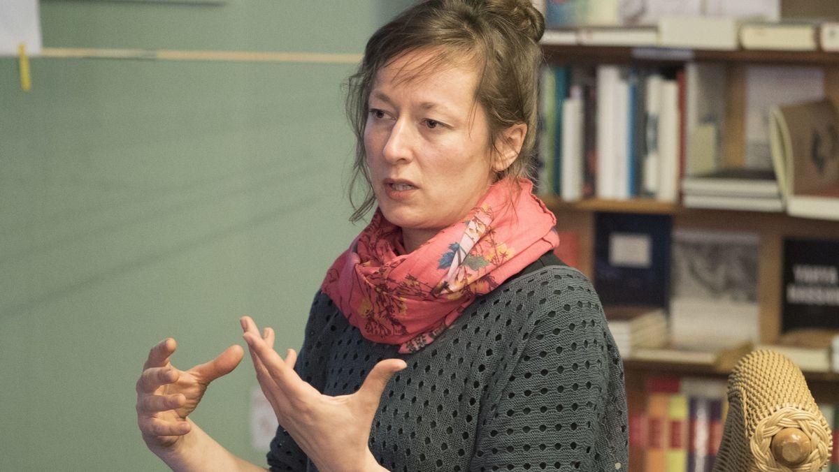 Porträt der Comic-Zeichnerin Barbara Yelin, aufgenommen bei einer Lesung in einer Buchhandlung. Im Literaturhaus München gibt die Künstlerin einen Comic-Workshop.