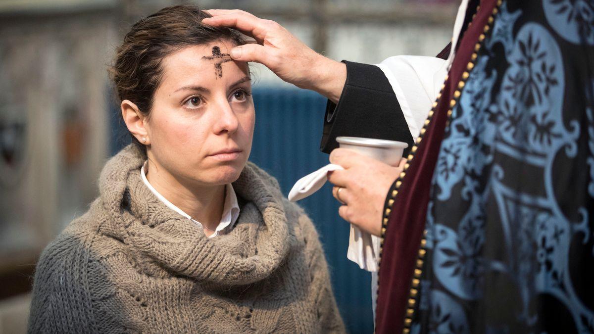 Meist zeichnet ein Priester ein Aschekreuz auf die Stirn am Aschermittwoch. Nicht so in Corona-Zeiten.
