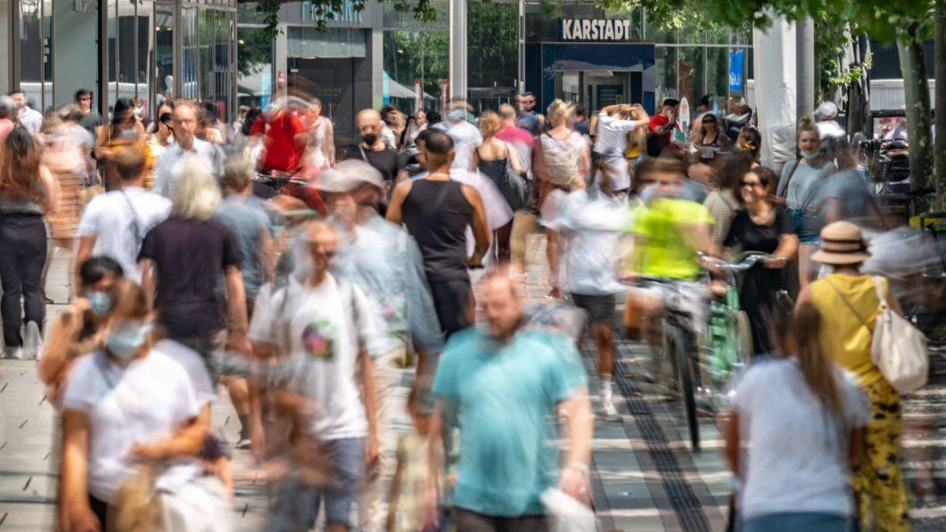 23.07.2021, Hessen, Frankfurt/Main: Zahlreiche Menschen sind am Nachmittag auf der Zeil unterwegs, Frankfurts zentraler Einkaufsmeile.