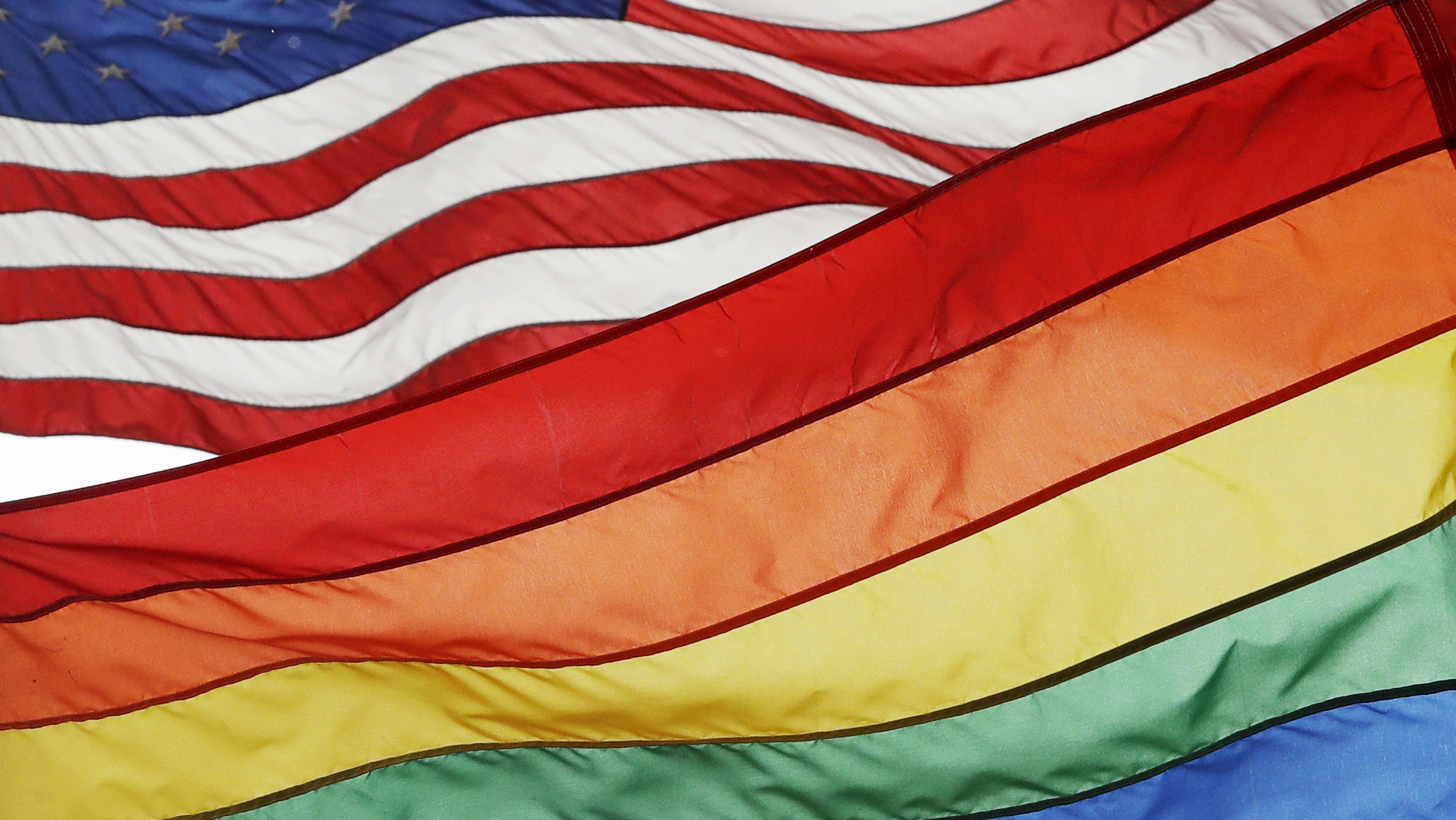Kollage: Flagge der USA und die Regenbogenflagge