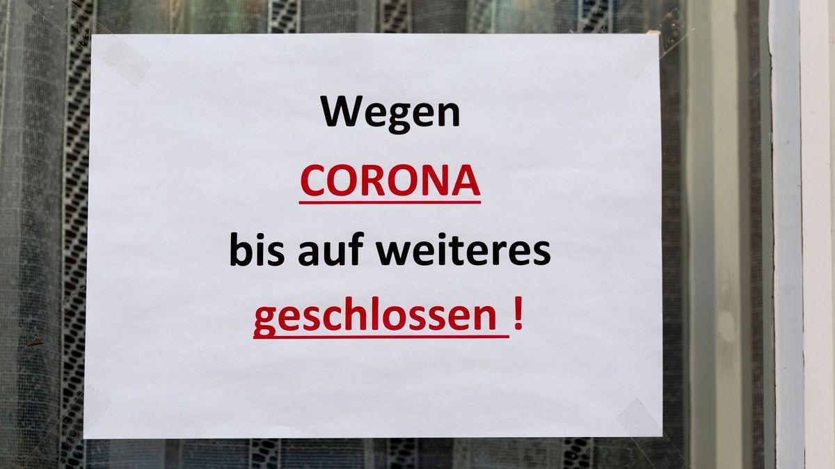 """Auf einem Schild steht """"Wegen Corona bis auf weiteres geschlossen!"""""""