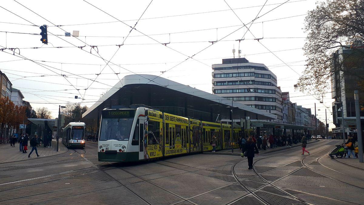 Tram fährt über Kreuzung