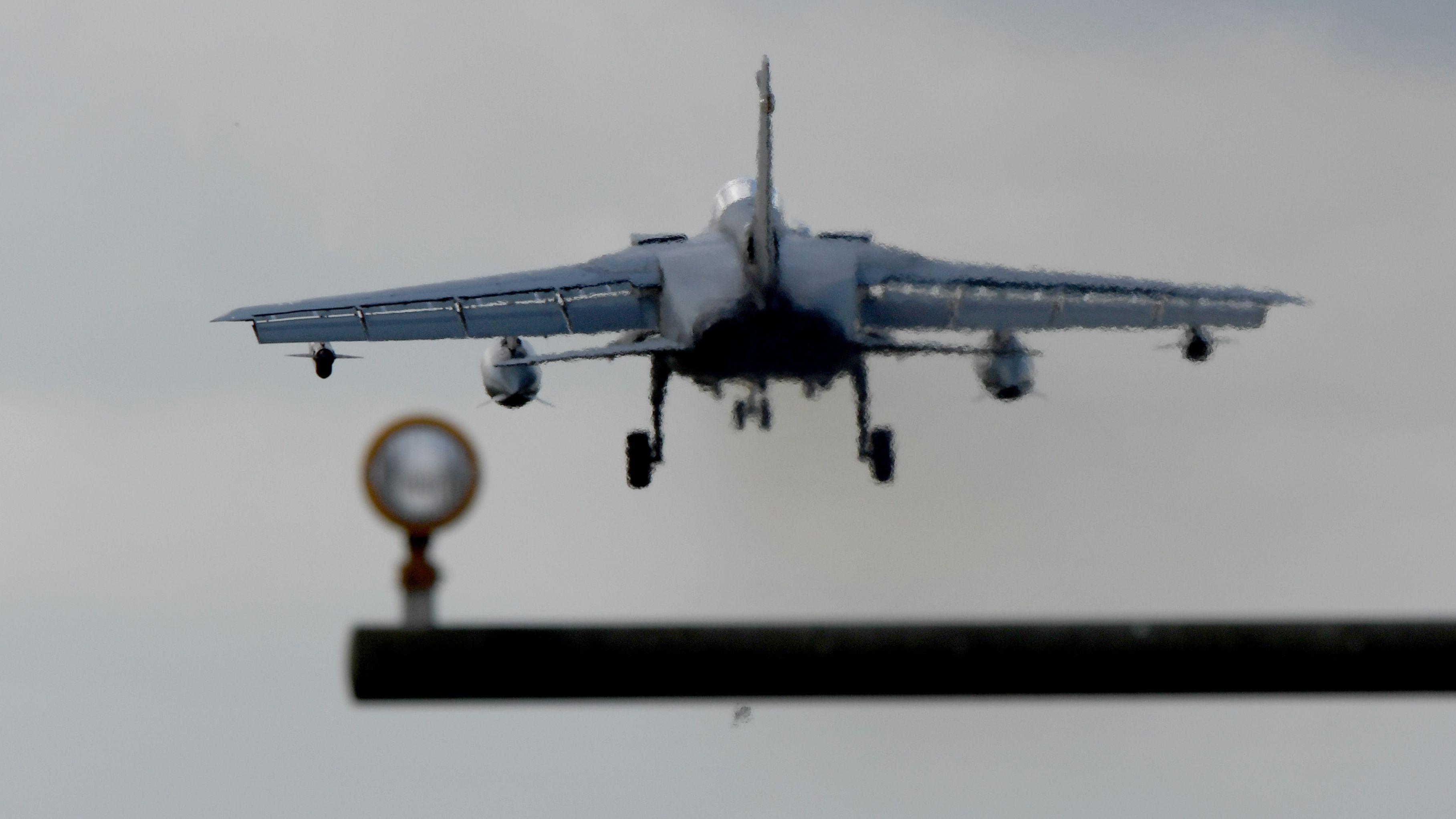 Ein Tornado-Kampfjet setzt zur Landung an