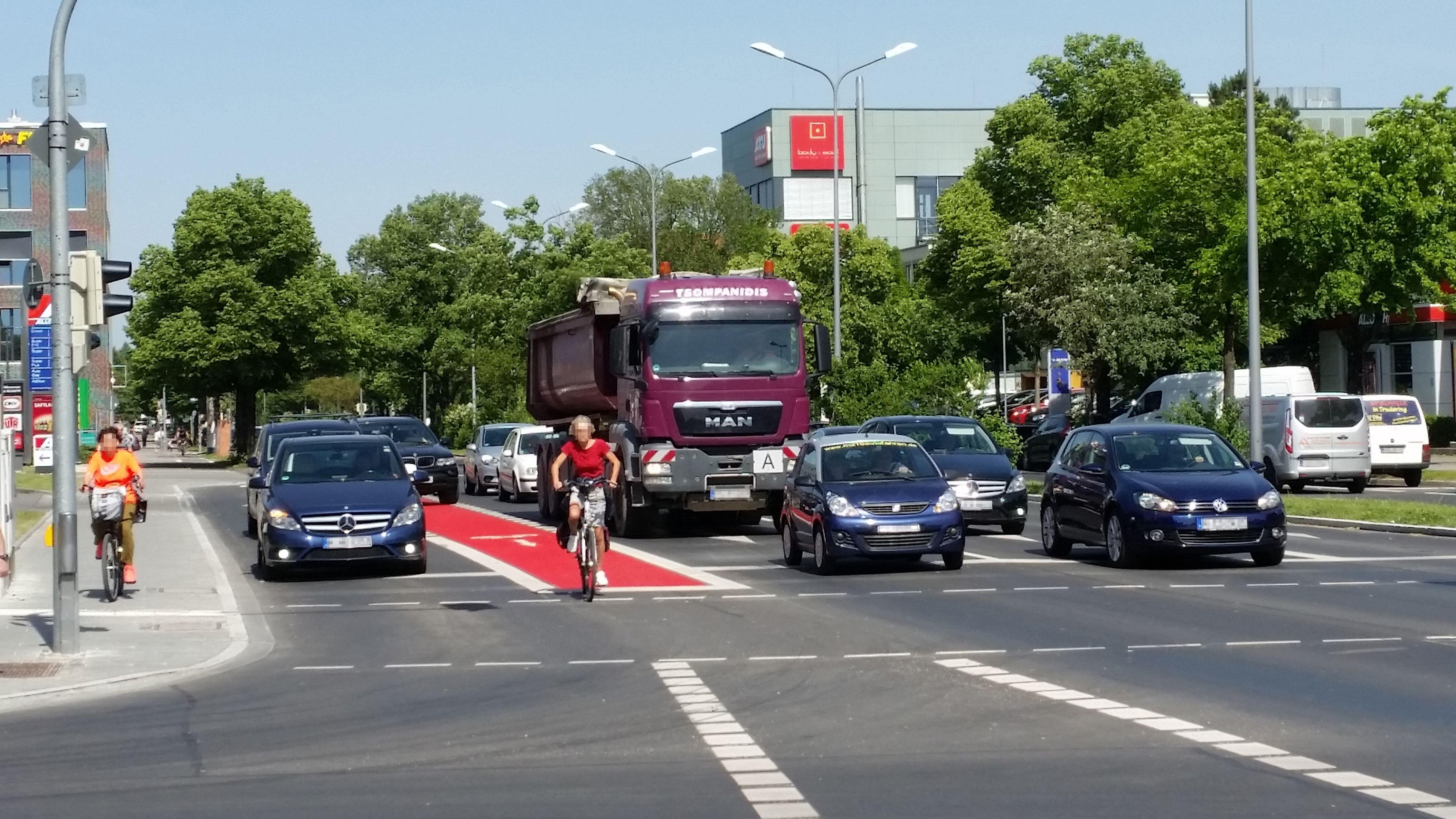 Trotz roter Farbe: Auf dieser Ausfallstraße im Münchner Osten leben Radlfahrer laut ADFC gefährlich - hinten links ist noch eine Tankstellenausfahrt.