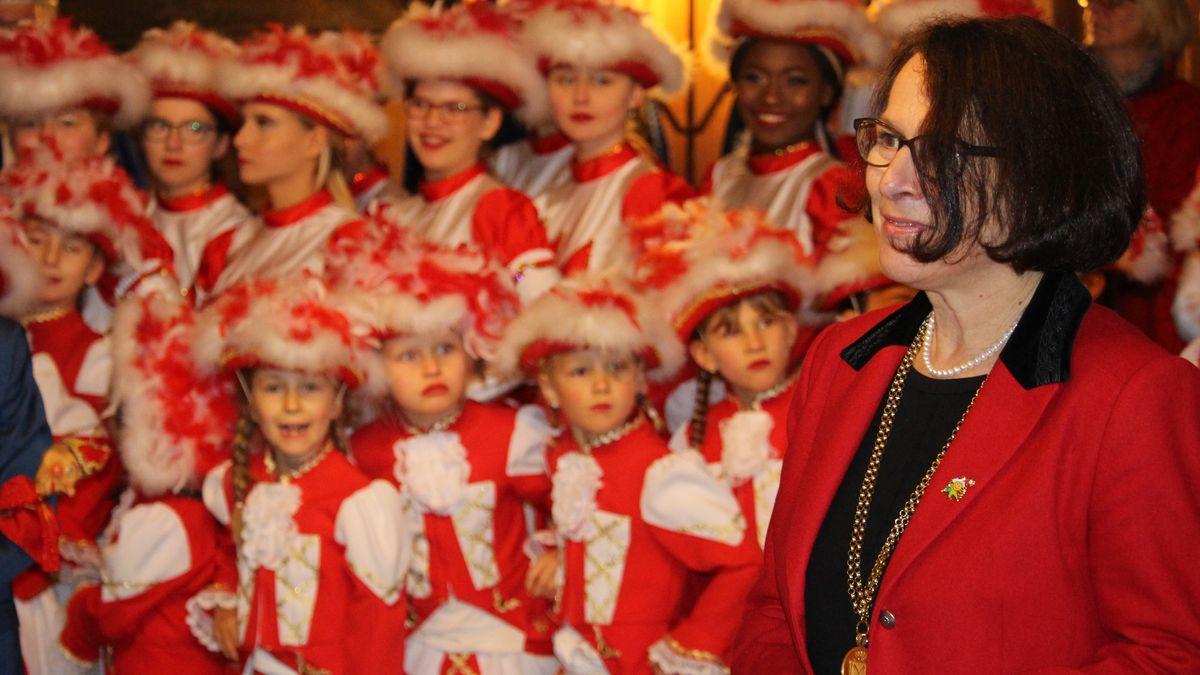 Regensburgs Bürgermeisterin Gertrud Maltz-Schwarzfischer überlässt den Narren die Macht im Rathaus