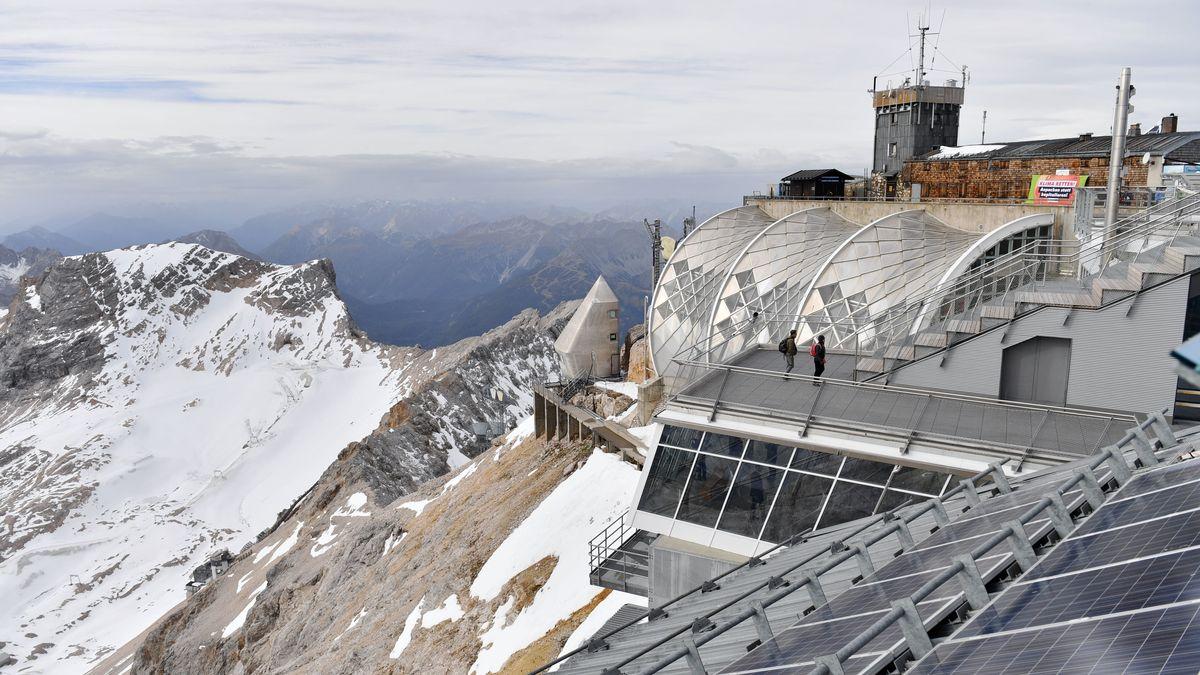 Die fast menschenleere Gipfelstation der Zugspitzbahn, im Hintergrund schneebedeckte Berge.
