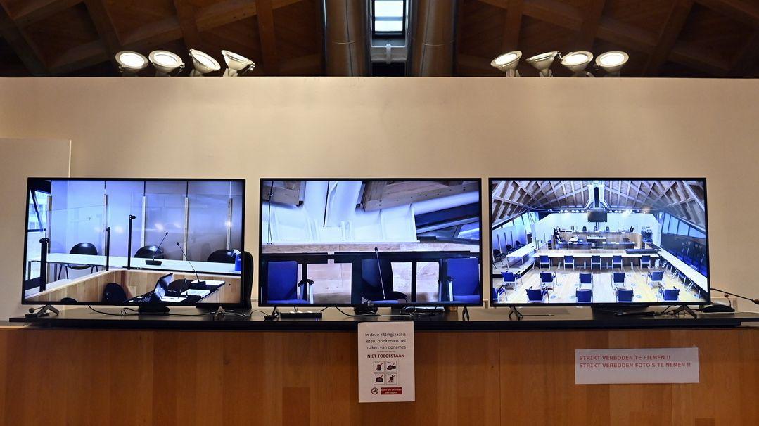 Der Gerichtssaal ist vor Prozessbeginn auf drei Bildschirmen im Pressesaal zu sehen.