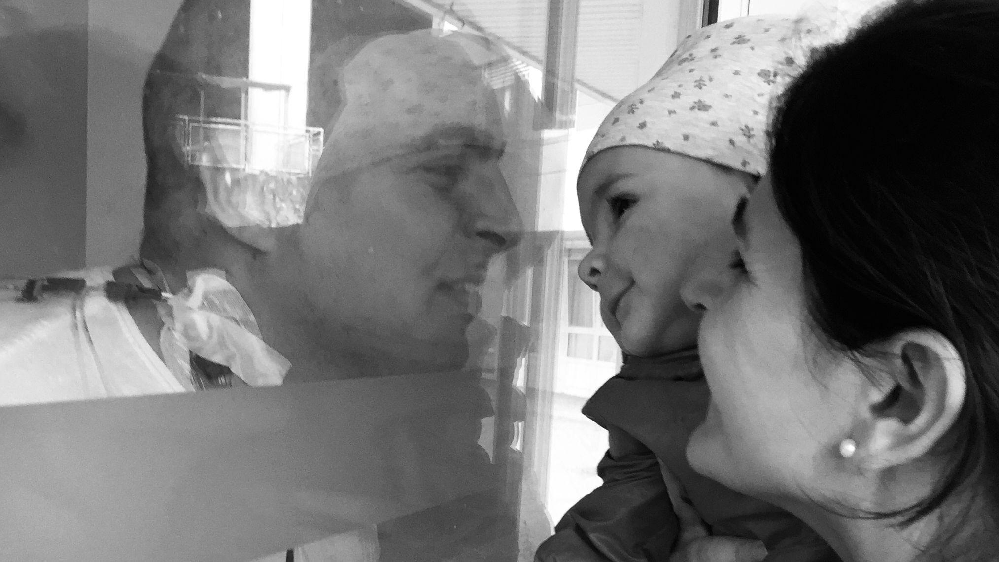 Der an Leukämie erkrankte Steffen Lieb mit seiner Lebensgefährtin und seiner einjährigen Tochter.