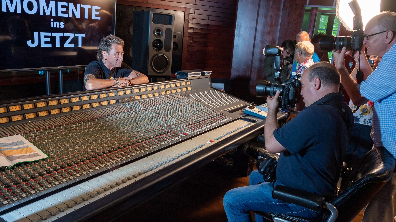 Peter Maffay wird in seinem Aufnahmestudio von Fotografen abgelichtet.