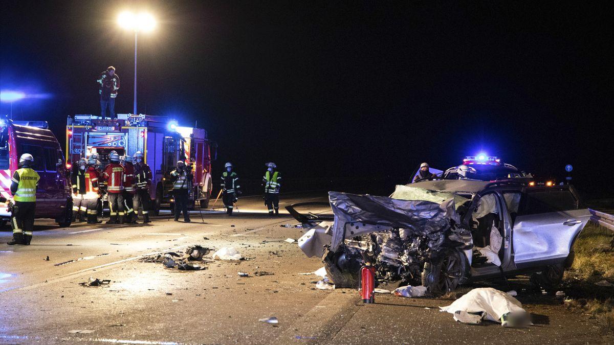 Nach einem Unfall auf der A99 bei Hohenbrunn ist ein Fahrzeug auf der Straße völlig zerstört (17.11.2020).