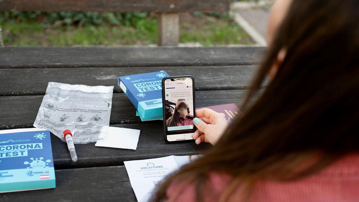 Die WebApp auf dem Handy von Emilia Markovic zeichnet das Gurgeln auf und zählt die Zeit herunter.