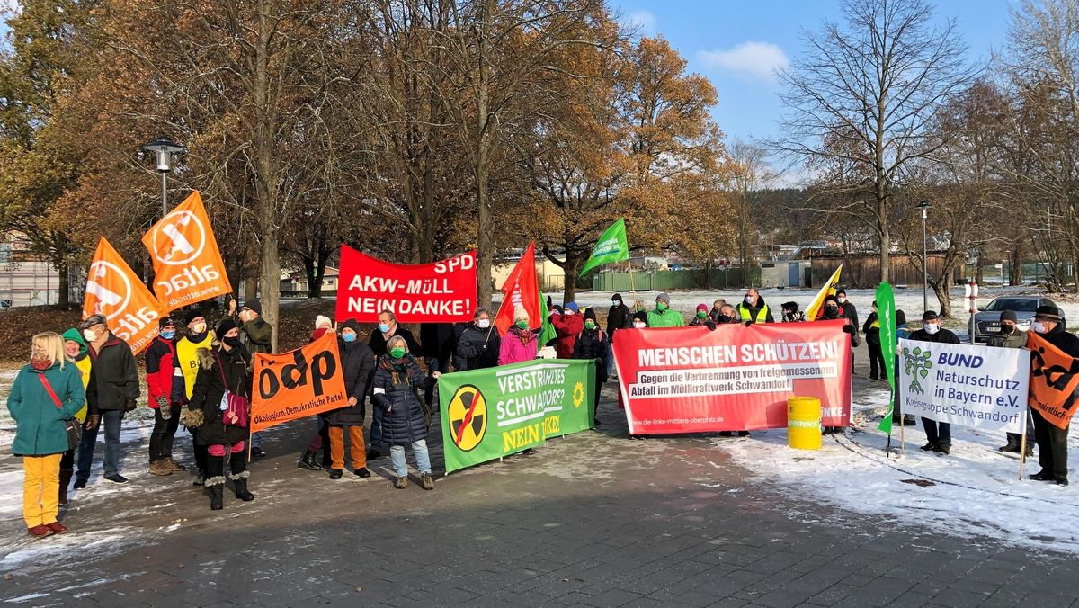 Demonstranten mit Transparenten vor der Oberpfalzhalle in Schwandorf.