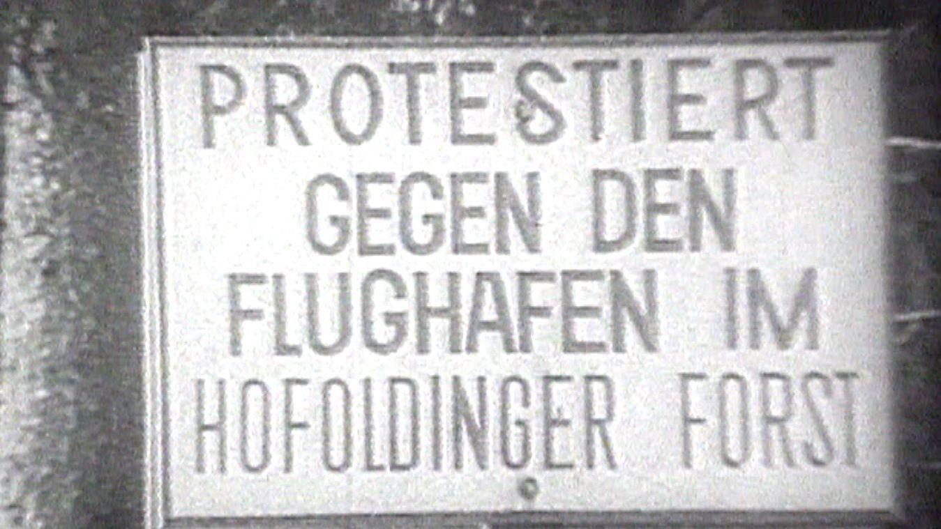 "Schild ""Protestiert gegen den Flughafen am Hofoldinger Forst"""