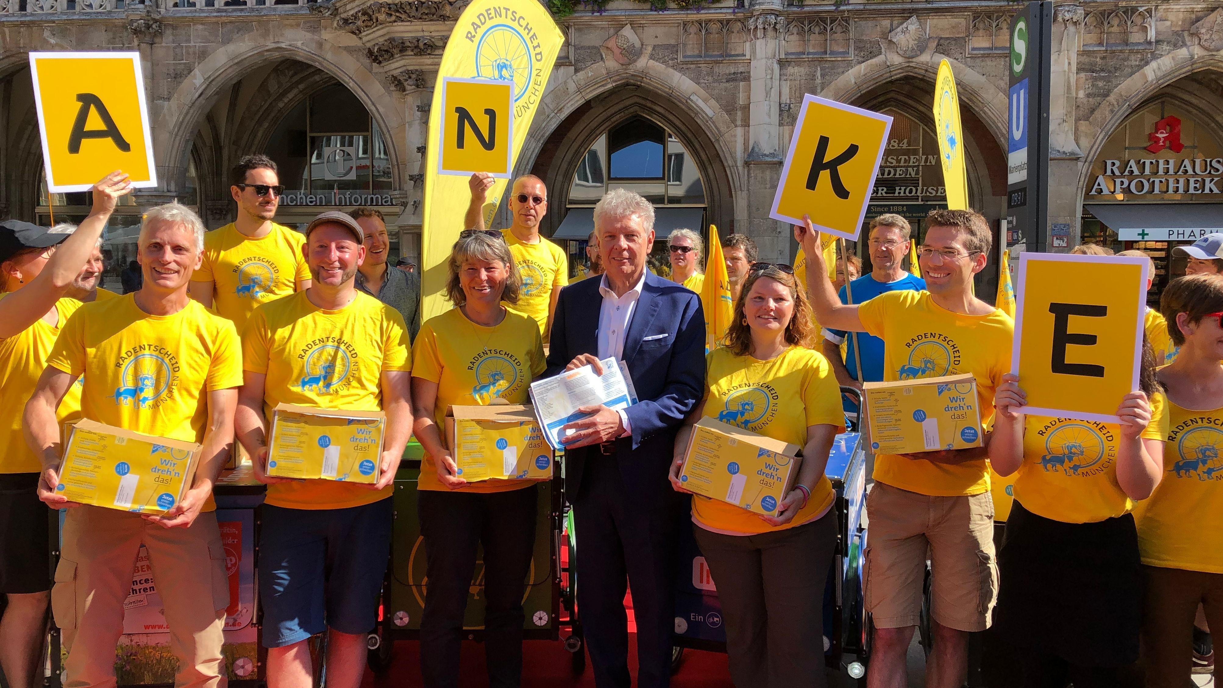Unterschriftenübergabe für Radentscheid in München