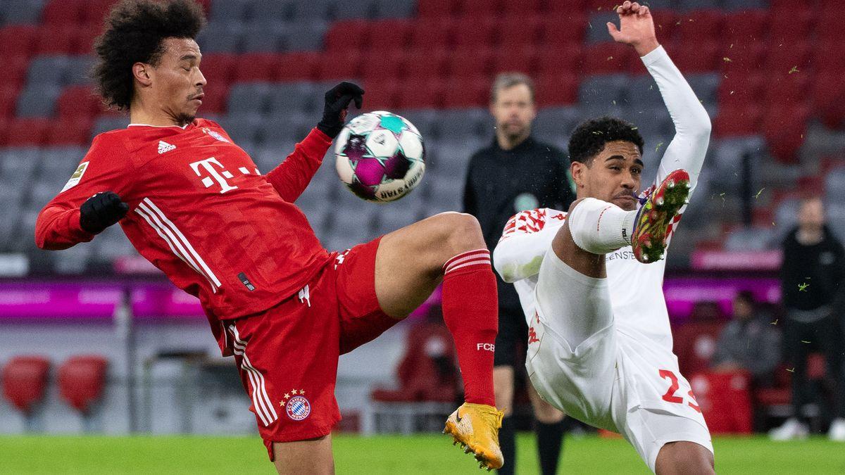 FC Bayern München - FSV Mainz 05.  Leroy Sane (l) von München und Phillipp Mwene von Mainz kämpfen um den Ball.
