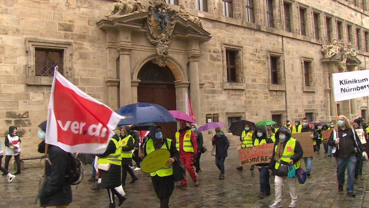 Streikende vor dem Nürnberger Rathaus