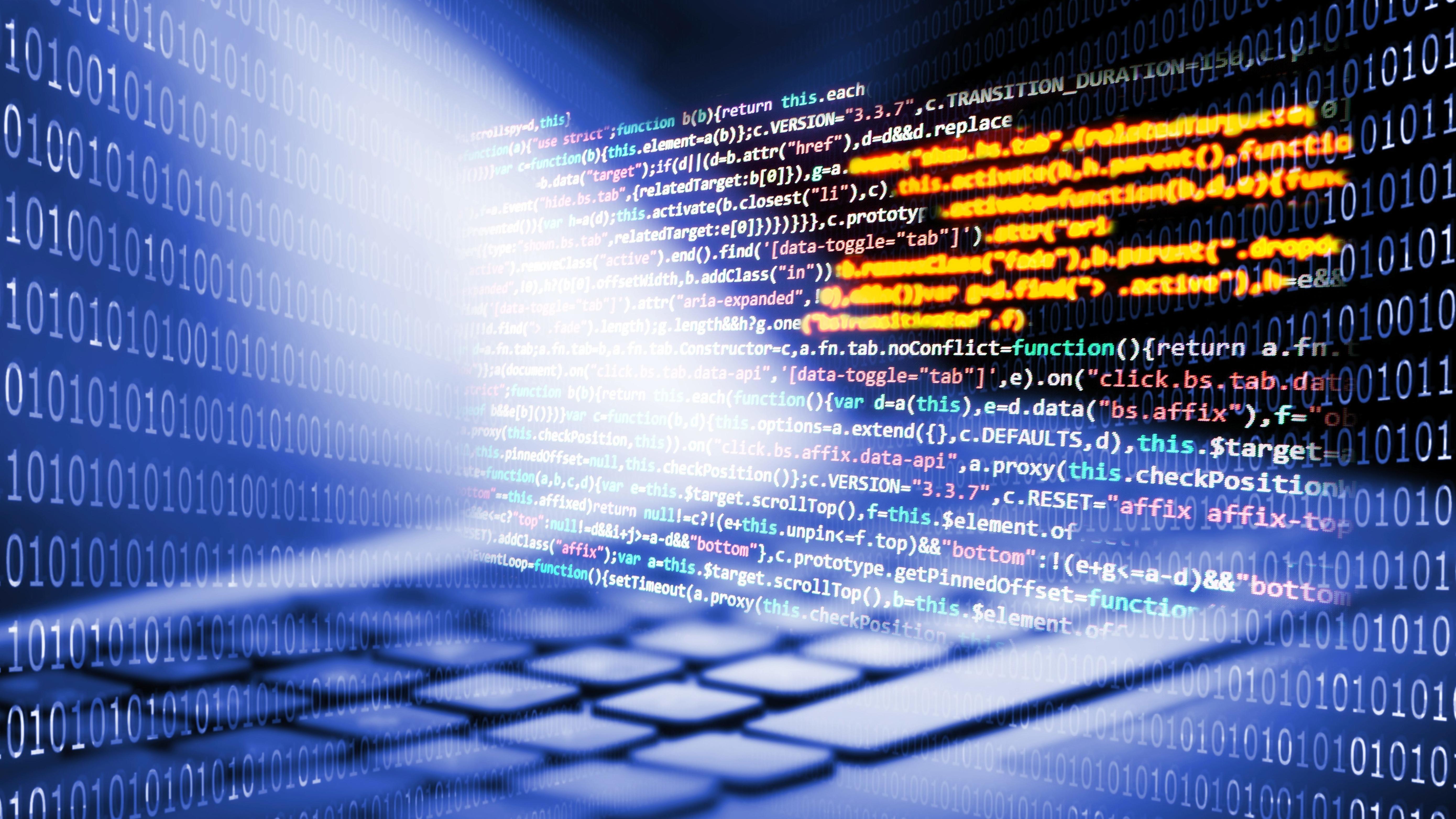Tastatur mit Programmiercode und Binärcode im Hintergrund