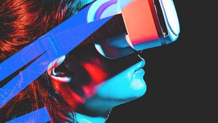 Frau mit VR-Brille