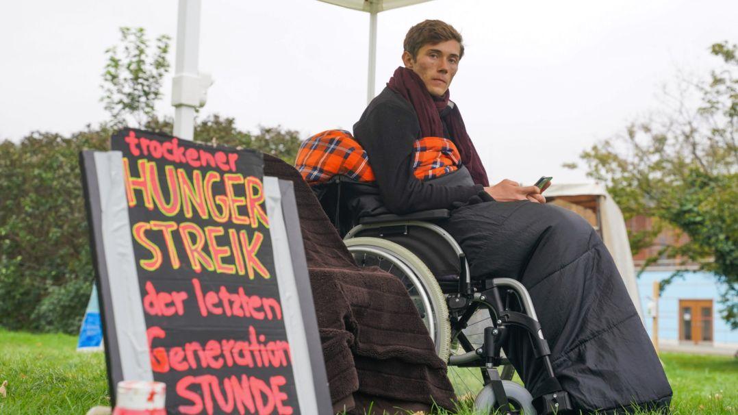 """Henning, einer der beiden letzten Teilnehmer des """"Hungerstreiks der letzten Generation"""", bei einer Pressekonferenz"""