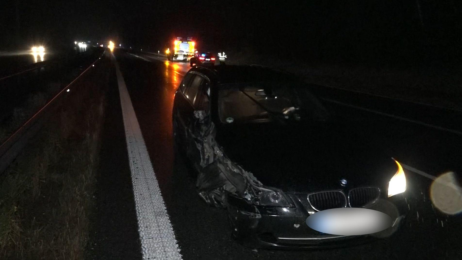 Der beschädigte Wagen des Geisterfahrers auf der A93