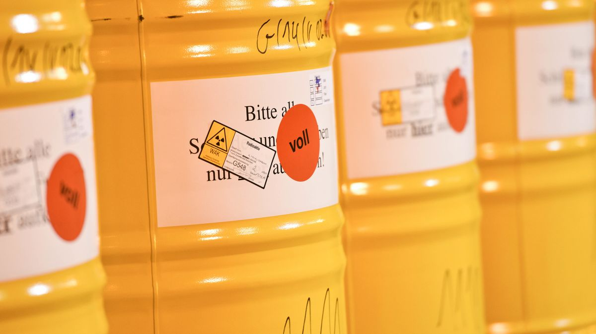 Vier gelbe Atommüll-Behälter