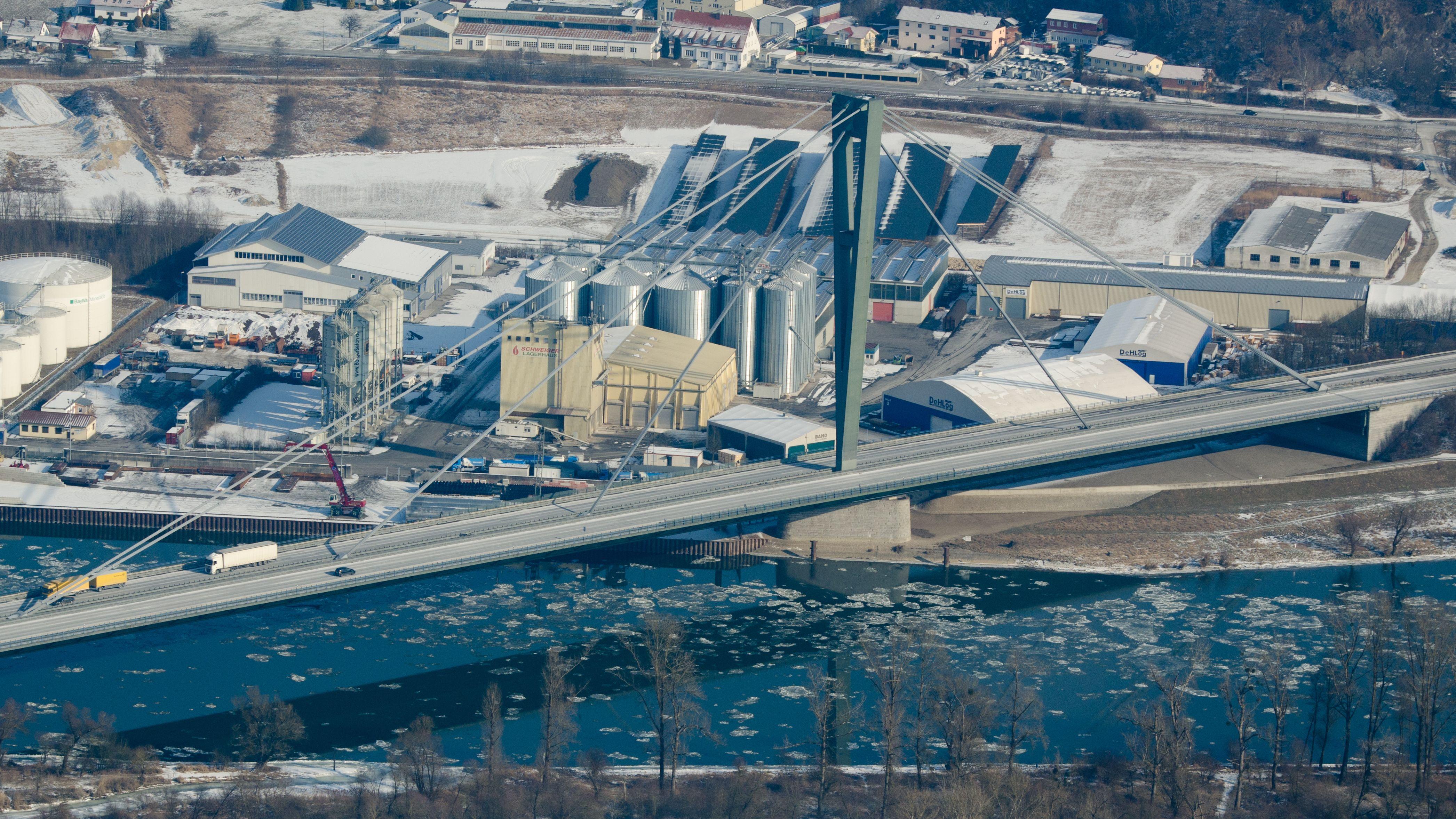 Die Autobahnbrücke der A3 über die Donau in Deggendorf