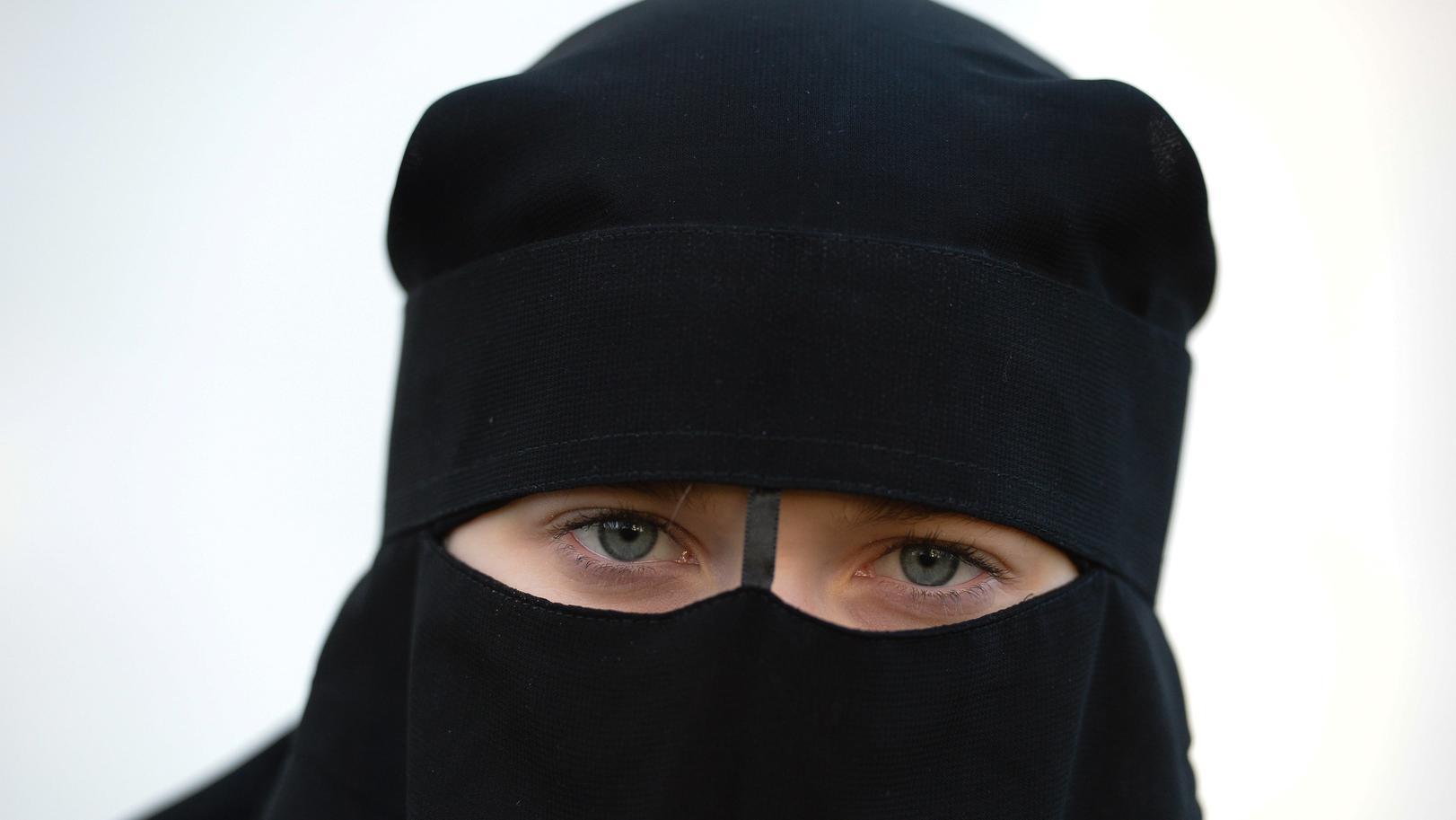 Sachsen, Leipzig: Eine Frau trägt einen Niqab.