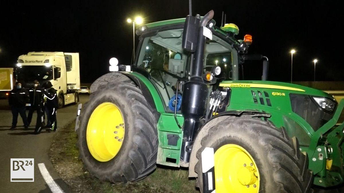 Protestaktion in Eggolsheim am 26.10.2020: Ein Traktor im Vordergrund, ein Stück weit entfernt ein Lkw.