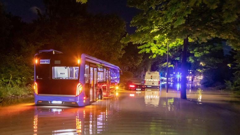 Überflutete Strasse in München   Bild:dpa-bildfunk