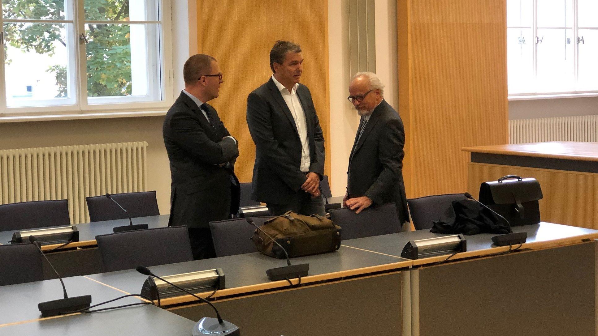 Der Angeklagte Stefan Pohlmann mit seinen Anwälten im Gerichtssaal.