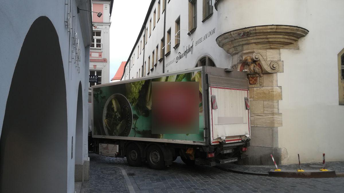 Lastwagen verkeilt sich in Regensburger Altstadt.